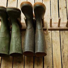 Range bottes conçu pour toute pointure. Ce range bottes qui se fixe au mur vous permettra d'avoir des bottes toujours sèches. 2 paires ou 3 paires de bottes sur notre site www.botaniqueeditions.com