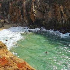 Una de las cosas que más me gusta de toda la costa de Aragua son sus acantilados que esconden partecitas de paraíso. Desde este acantilado se asoma una de las playas más insólitas de Venezuela, Puerto Escondido, con su pedacito de arena, olas gigantes y un azul intenso entre paredes altísimas de piedras anaranjadas y marrones. Ésta es mi corta, la de mi país, mi costa Caribe #venezuela #mimotivoesvenezuela #venezuelaconmochila