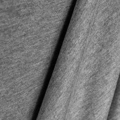 Tissu Jogging Hiver Gris Chiné. Tissu jogging uni de couleur gris chiné. Tissu pour jogging avec une trame bouclée sur la face intérieur, avec du tombé et de texture très douce et agréable au toucher. Tissu idéal pour la confection de pantalons et vestes de jogging.