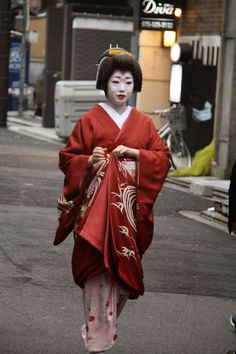 Food & travel observations - mainly in Kyoto, Japan and Australia by food author Jane Lawson Traditional Fashion, Traditional Outfits, Kyoto Winter, Kimono Fashion, Girl Fashion, Kimono Japan, Fireworks Show, Japanese Outfits, Japanese Beauty