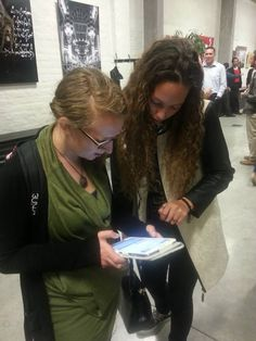 Deze enthousiasteling staat volledig achter onze massmail-actie, Jihad Van Puymbroeck helpt haar een handje met de tablet.