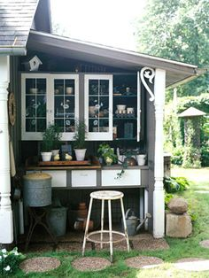 Potting bench stuck in a nook. Very smart, if one has a nook.