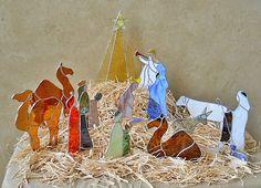 Il sagit dun ensemble de base starter de 3 morceaux qui inclut Marie, Joseph et lenfant Jésus. Il est créé à partir des vitraux coloré et est dotée de brasage et les détails décoratifs. Il ressemble à un manteau, plateau ou une table avec des lumières scintillantes et couper pour ressembler à la paille de raphia. Inclus sont les stands fendues individuels en bois. Joseph est 8 « x 3 » ; Marie agenouillée est 3 « x 6 » ; Lenfant Jésus est de 2 « x 2 ». Sur la photo sont aussi dautres…