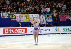 演技を終えた浅田は観客の声援に手を振って応える (800×558) http://www.nikkansports.com/sports/figure/asada-mao/photo/article/1563281.html