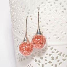 Boucles d'oreilles globes en verre remplies de strass saumon