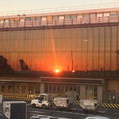 Retour maison... Quand le soleil s'invite sur l'aérogare! Bonne soirée  #easyjet #orlyouest #avion #plane #nice #paris #efluent5 #paroledemaman #quinqua #blog #blogger #bloggueuse #frenchblogger