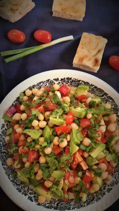 salata-rapida-cu-avocado-si-naut Cold Vegetable Salads, Vegetable Pizza, Healthy Salad Recipes, Vegan Recipes, Snack Recipes, Toddler Friendly Meals, Asian Snacks, Avocado Salat, Good Food