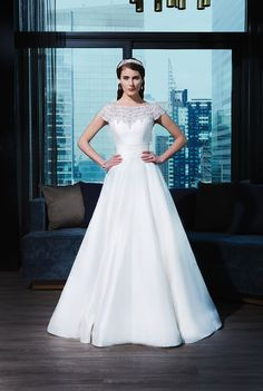 Get your glamour fix with this Justin Alexander Signature Collection – Style 9770