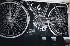 「自転車と暮らす」がテーマのソーシャルアパートメントに描かれた作品。スポークまで精緻に描かれた自転車のイラストと「人生は自転車に乗るようなもの」というワードが調和しています。