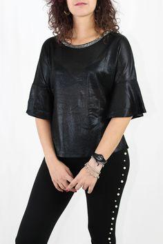 Blusita ancha de media manga con volantes y detalle de pedrería en el cuello. Es ideal para fiestas y cocktail con un pantalón negro o falda.