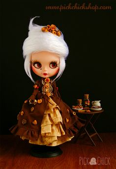 Lady Vanelia is our most refined doll, she is looking for a new home, where she can have a delicious tea with cookies and see other nice dolls. Her hair and clothes are 100% handmade, every little cookie of her outfit has been sculpted and painted one by one. Lady Vanelia is so special, born afther lot of weeks of work. Base doll: Blythe fake Factory Custom mods: - Lip carving - Complete makeup - Sleepy eyes - Blogged eyes and eyemech correction - Original Takara body (from a Simply…