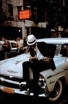 Reading, New York City, June 1962.Photo by Ernst Haas (viaupdownsmilefrown)