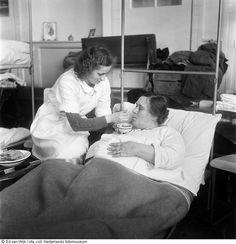 Verpleegkundige helpt gewonde vrouw.