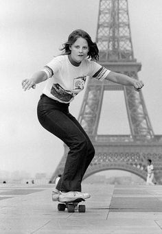 La jeune Jodie Foster sur un skate-board devant la Tour Eiffel - Paris - France - The young Jodie Foster on a skateboard in front of the Eiffel Tower - Paris - France