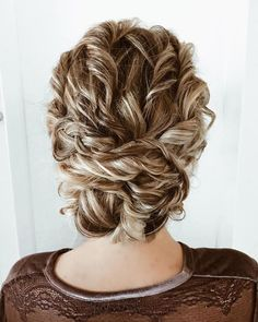 unique wedding hairstyles Textured updo wedding hairstyle for curl hair Whether a classic chignon, textured updo or a chic wedding updo with a beautiful details. These wedding updos are perfect for any bride looking for a unique wedding hairstyles. Curly Hair Updo Wedding, Wedding Curls, Short Wedding Hair, Wedding Hair And Makeup, Bridal Hair, Chic Wedding, Curly Updos For Medium Hair, Short Hair, Medium Curly