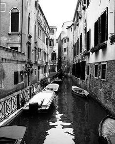 Veneza em preto e branco ou em cores sempre encanta. #malasepanelas #veneza #venice #italia #visitvenice #italy #photography #pb #fotografia #rbbv #viagem #instapic #photochallenge #photoftheday