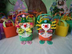 Des petits paniers clowns pour un anniversaire .