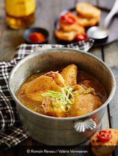 SOUPE DE POULET TONIFIANTE Ingrédients pour 4 personnes : 850 g de fricassée de poulet St SEVER 2 cuillères à café de sauce soja 1 cuillère à café de gingembre en poudre 1 verre de Jurançon 2 gousses d'ail 1 blanc de poireau 1 noix de beurre 1 l de bouillon de volaille 1 pincée de piment d'Espelette 1 pincée de fleur de sel Du poulet dans une soupe ? Et pourquoi pas... Y goûter, c'est succomber. On en redemande. Chicken Soup, Chicken Recipes, Asian Chicken, Root Vegetables, Raisin, Thai Red Curry, Easy Meals, Healthy Recipes, Dishes