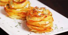 Nämä herkulliset perunapinot saavat ihanasti makua parmesaanin suolaisuudesta. Katso ainekset alta ja ohje videolta! Ainekset: perunoita, ohuina siivuina voita parmesanjuustoa valkosipulijauhetta timjamia suolaa mustapippuria