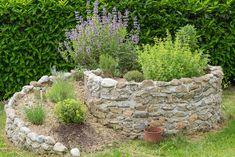 Bylinková spirála, atraktivní a voňavý zahradní prvek