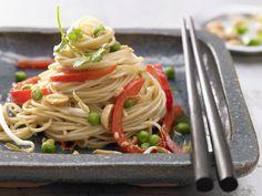 Asiatische Bratnudeln - mit Sprossen und Ei - smarter - Kalorien: 690 Kcal - Zeit: 15 Min. | eatsmarter.de