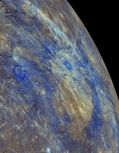 As áreas de baixa refletância de Mercúrio (em azul) são restos da crosta original do planeta, segundo o estudo | m 30 de abril de 2015 a sonda Messenger enviou sua última imagem de Mercúrio e depois, de acordo com as ordens recebidas, se chocou como um kamikaze contra a superfície do planeta