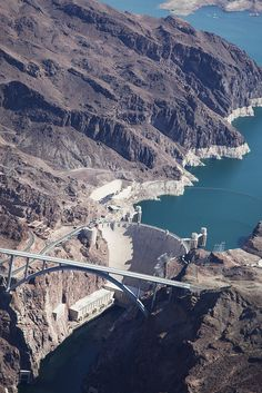 Hoover Dam, Black Canyon of the Colorado River, on the border between the US states of Arizona and Nevada built Places To Travel, Places To See, Great Places, Hoover Dam Construction, State Of Arizona, Las Vegas, Colorado River, By Train, Civil Engineering