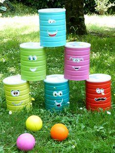 Un jeu de chamboule-tout à partir de boîtes de lait recyclées.