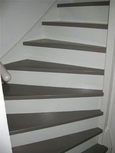 De trap in twee kleuren schilderen