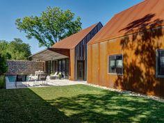 Rodinná rezidence nacházející se v Texasu je ryze moderní stavbou, která ale nezapře inspiraci historickou architekturou původních osadníků. Na jejím vzhledu se projevila také velká záliba majitele, kterou jsou recyklované materiály a jejich nové využití. Okouzlí vás jednoduchými tvary i citlivým propojením tradičních prvků s moderními.  Autor:Buchanan Architecture Lokalita: United States, Dallas, TX, USA  Střecha domu a jeho fasáda jsou obloženy z recyklovaných vlnitých ocelových panelů…