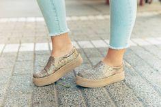 Panchas. #Supertarde #superfeliz Metallic Sneakers, Espadrilles, Book, Shoes, Fashion, Espadrilles Outfit, Zapatos, Moda