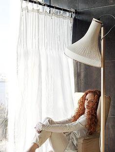 De sierlijke stiksels in de bovenkant van de stof geven de raambekleding de uitstraling van een mooie zomerjurk. Het licht wordt prachtig gefilterd door de stof van het gordijn. Het gordijn is van House in Style.
