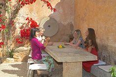 Gemütliches Beisammensein in der Finca Son Verd. Reisedetails: http://www.neuewege.com/Yoga-Reisen/Spanien/Mallorca/Finca-Son-Verd-Mallorca-Yoga-Auszeit-auf-der-Insel-_ESG03