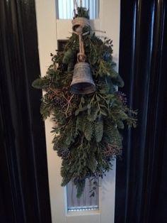 Kerstfestoen op de voordeur
