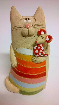 Kočka+s+myškou+Kočka+16,5cm+vysoká+9+cm+široká Sculptures Céramiques, Sculpture Art, Clay Cats, Hand Built Pottery, Biscuit, Cat Doll, Clay Animals, Cat Jewelry, Fish Art