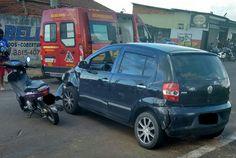 Motociclista fica ferida após colisão com veículo na Vila Jardim -   O Corpo de Bombeiros atendeu a um acidente de trânsito na tarde deste domingo, dia 05, na Vila Jardim, envolvendo um carro e uma motocicleta. Segundo informações, a condutora da moto transitava pela Rua Ulisses Rossi Grassi com sua filha na garupa, quando colidiu com o VW Fox que não - http://acontecebotucatu.com.br/geral/motociclista-fica-ferida-apos-colisao-com-veiculo-na-vila-jardim/