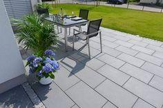 Madison® - Modernstes Design für Ihre Gartengestaltung. Die edle Terrassenplatte im Format 60 x 40 cm vermittelt inbesondere durch die Farbtöne stone grey und midnight black eine lässige Coolnesss und schlichte Eleganz.