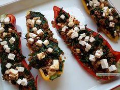 De aardse smaak van spinazie en het zoete van de paprika vormen samen een prachtkoppel in deze verrukkelijke paprika gevuld met spinazie, gehakt en feta.
