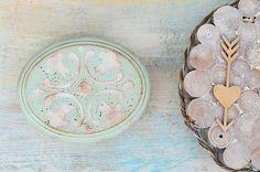 Miętowe pudełko na obrączki z cudownym ornamentem, wyłożone sizalem dopasowanym kolorystycznie do wieczka. Możliwość spersonalizowania! :)  Pudełeczko dostępne w sklepie internetowym Madame Allure. Coins, Ornament, Personalized Items, Decoration, Rooms, Ornaments, Jewelry Accessories