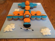 "Disney Planes ""dusty"" cupcake cake I made for a special 1 year old! (cupcakes for boys birthday) Pull Apart Cupcake Cake, Pull Apart Cake, Cupcake Torte, Cupcake Cookies, Ladybug Cupcakes, Kitty Cupcakes, Snowman Cupcakes, Giant Cupcakes, Fancy Cakes"