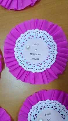 Anneler gunu rozeti Dementia Crafts, Doilies Crafts, Teaching Aids, Mom Day, Creative Kids, Felt Crafts, Preschool Activities, Gifts For Kids, Party Favors