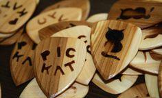 Christianin plektrat on tehty puusta.