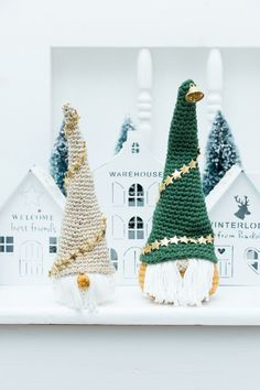 Kerstkabouter, gnoom of tomte. Het gratis haakpatroon is van Jip by Jan. Christmas Craft Show, Christmas Gnome, Christmas Tree Ornaments, Christmas Decorations, Christmas Crochet Patterns, Christmas Knitting, Merry Christmas Everyone, Merry Little Christmas, Crochet Angels