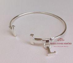 Pulseira personalizada com pingente inicial e banho prata. Mimo para madrinhas -  Casamento - Presente personalizado
