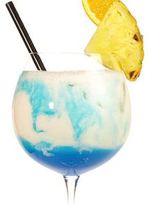 Swimming Pool - White Rum, Wodka, Blue Curacao, Pineapple juice, Coconut Cream, Cream, Crushed Ice