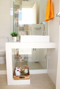 O vidro teve dupla função neste banheiro: função de parede/divisória e box