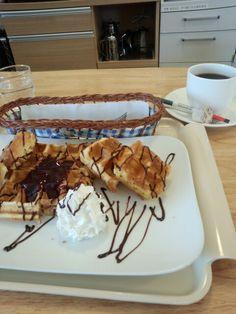 今日は喫茶店でワッフルとブレンドコーヒーいただいています。