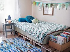 Cama de pallet I'm picturing this for a beach theme room. Sandy colored carpet. Canvas material around. Maybe a sky blue with some clouds and a few v birds on the walls.
