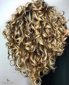 The Secret To Amazing Curly Hair The Secret To Amazing Curly Hair,hair / style Adorable curly hair Related posts:Tape resist watercolor painting - crafts for kidsOrganized Kitchen Pantry Ideas - Home Organization Stylish. Curly Hair Tips, Short Curly Hair, Curly Hair Styles, Curly Girl, Style Curly Hair, Perms For Short Hair, Blonde Curly Hair Natural, Curly Bob Hairstyles, Bob Haircuts