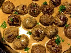 Köttbullar med potatismos, gräddsås och lingonsylt - Kryddburken